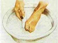 1. Размочите кожу ног