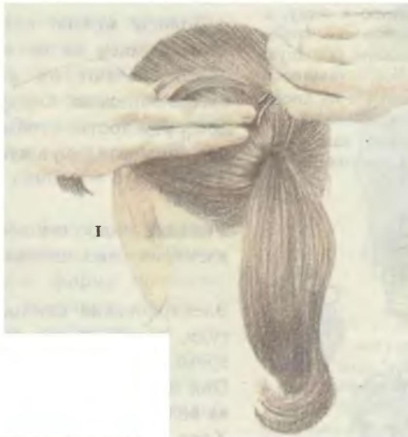 1. Сделайте плотный хвост и разделите его на 3 пряди