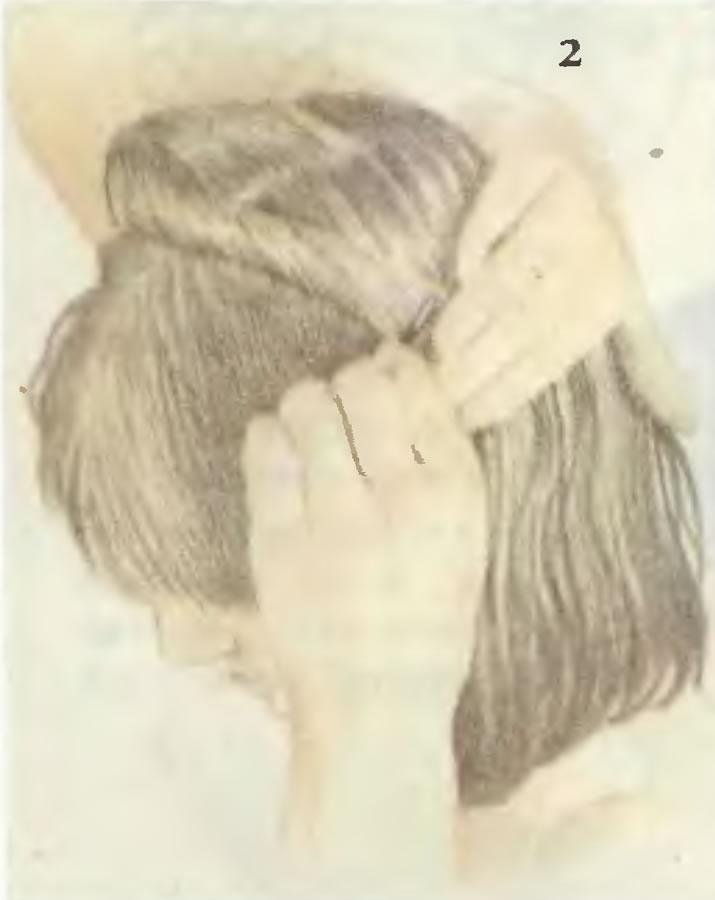 2. Разделите волосы на пряди