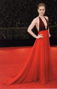 Актриса Эми Адамс в красном платье из коллекции Valentino Couture 2014