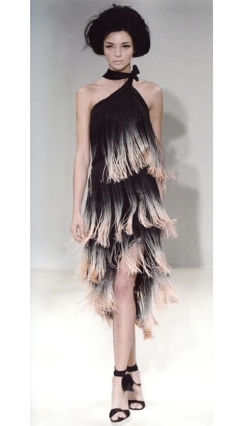 Асимметричная разноцветная бахрома (Givanchy Haute Couture, весна-лето 2004г)