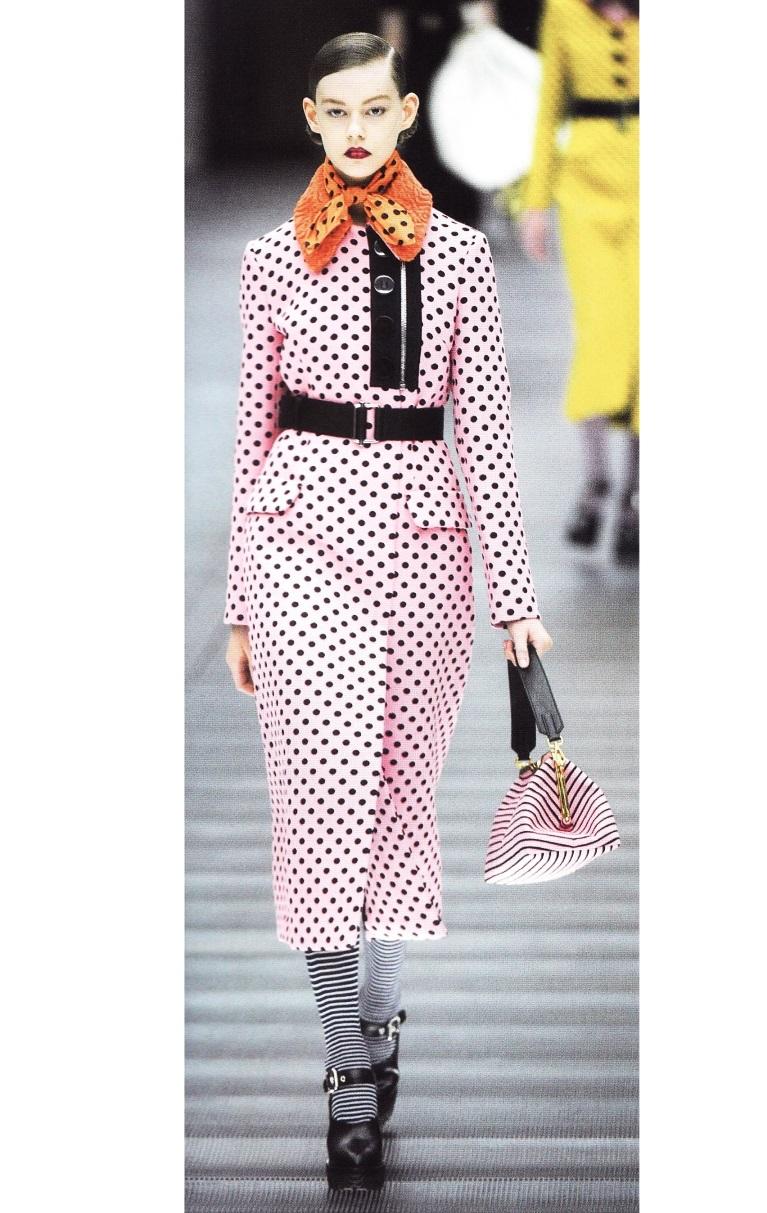 Чёрно-розовое платье в мелкий горошек (Миуччи Прада, осень-зима 2013-2014)