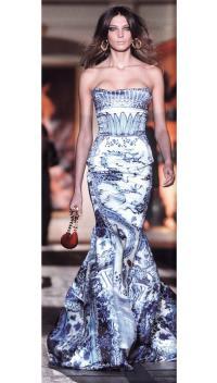 Цвета китайского фарфора на платье Роберто Кавалли (осень-зима 2005-06)