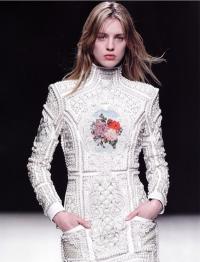 Декорированное вышивкой платье модельера О. Рустена