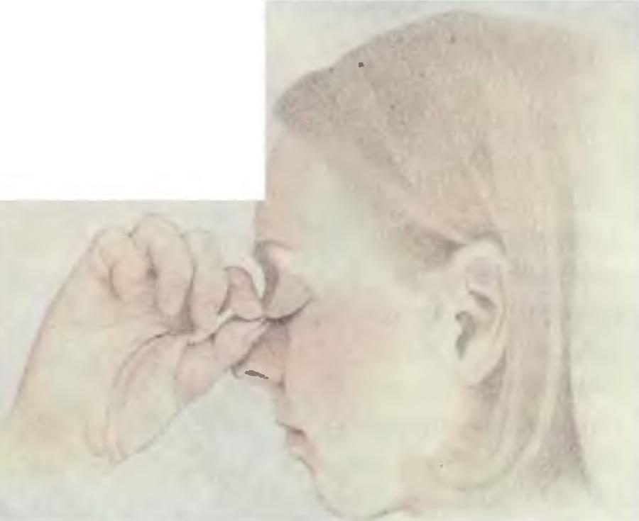 Для того чтобы вынуть инородное тело из глаза, вытяните верхнее веко сначала вперед, а затем вниз,