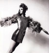 Джен Фонда в костюме от Пако Рабан