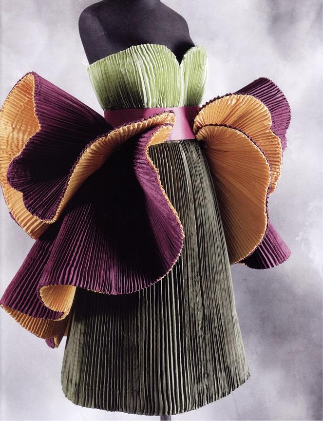 Экзотический цветок из плиссированных тканей (Роберто Капуччи)