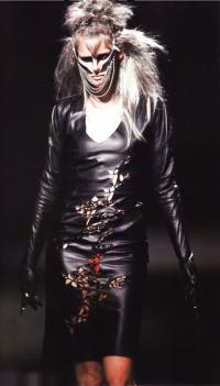 Кожаное платье из коллекции «Вперед в джунгли» (Маккуин,осень-зима 1997-98)