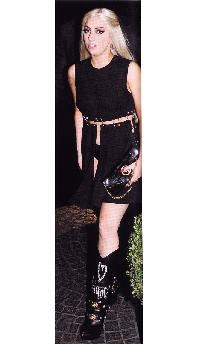 Леди Гага в импровизированном платье от Донателлы Версаче