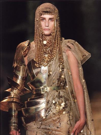 Металлическое вечернее платье (модельер Гальяно для дома Christian Dior)
