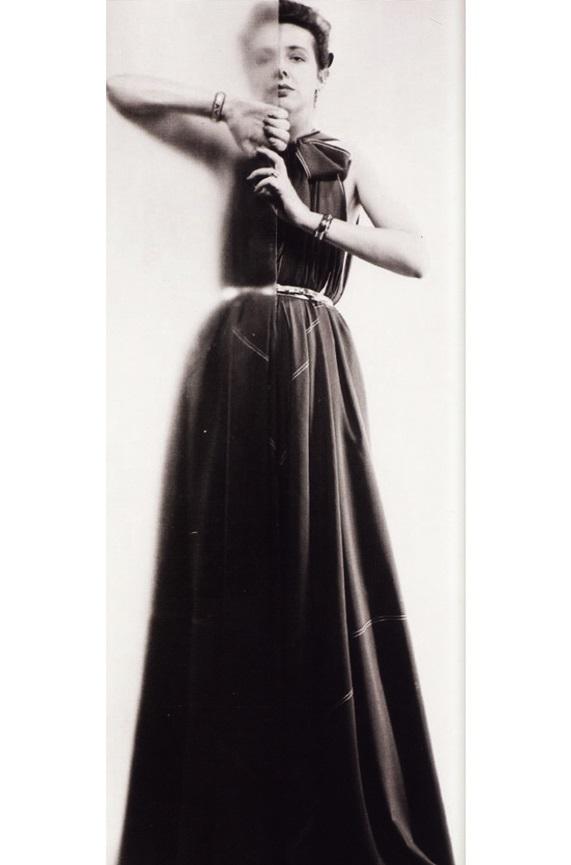 Модельер Клэр Маккарделл демонстрирует платье собственного дизайна