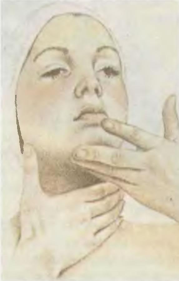 Нанесение увлажняющего крема на кожу шеи