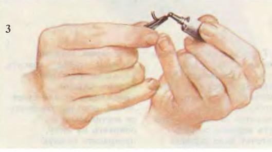 Нанесите клей на основание каждой реснички