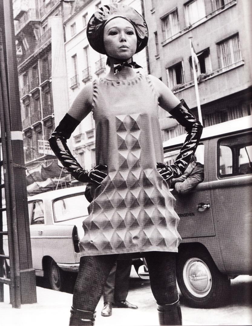 Нео-брутапизм в скульптурном платье от Пьера Кардена