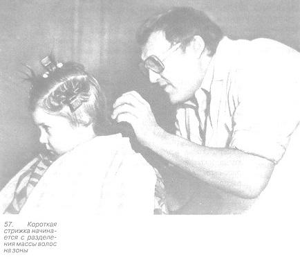 Парикмахер выполняет короткую детскую стрижку