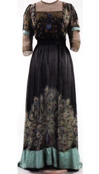 Павлиньи мотивы на платье парижского Дома моды Weeks