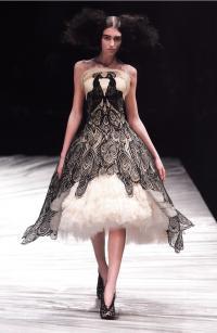 Платье без бретелей от Александра Маккуина (осень/зима 2008-2009)
