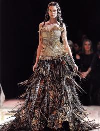 Платье из ервой коллекции Сары Бертон, созданной для Alexander McQueen
