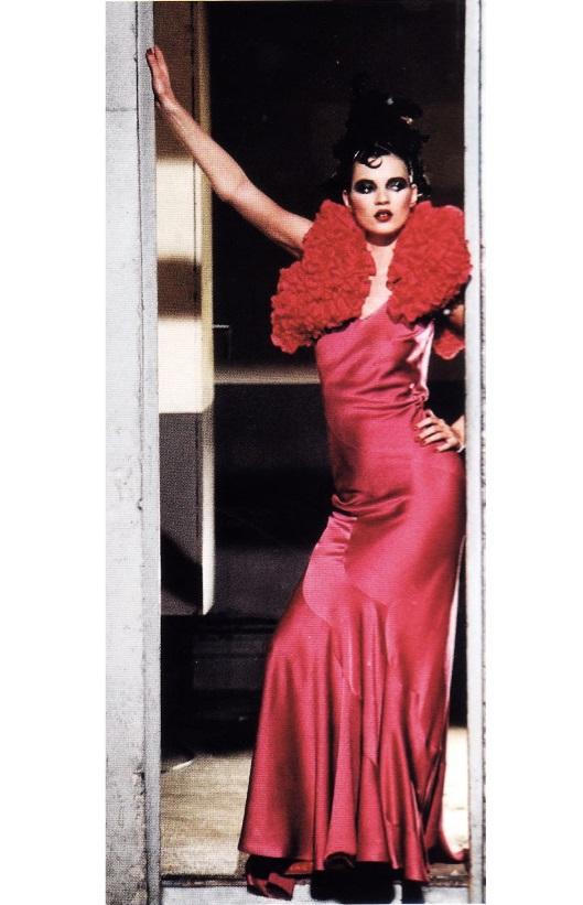 Платье косого кроя от кутюрье Джона Гальяно