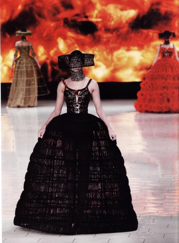 Платье от Сары Бертон (модный дом Alexander McQueen, весна/лето 2013)