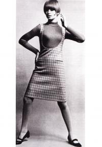 Платье-передник с глубоким вырезом (дизайнер Мэри Куант)