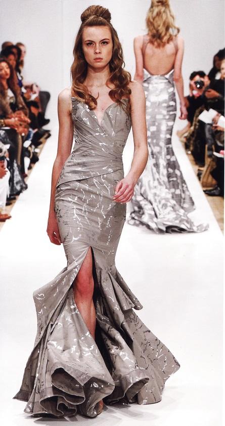 Платье «русалка» со шлейфом и глубоким декольте (М. Костелло, осень-зима 2014-15)