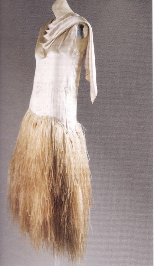 Платье с перьями по мотивам силуэта pouf