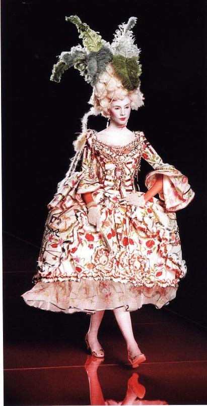Платье с пышной юбкой-панье (Джон Гальяно, осень/зима  2001-2002 гг для Дома Dior)