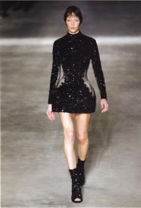 Платье в виде панциря жука (дизайнер Александр Маккуин)