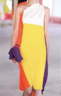 Сложная система цветовых блоков на платье Роксанды Илинчич (весна-лето 2014)